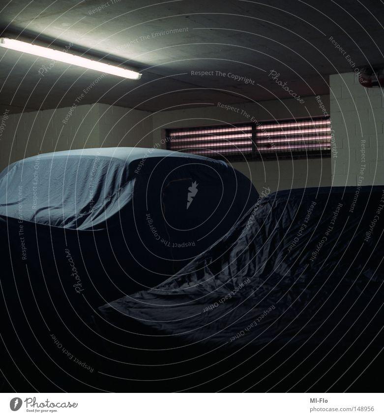 Liege dunkel PKW KFZ Falte Langeweile Neonlicht Garage verdeckt Liège