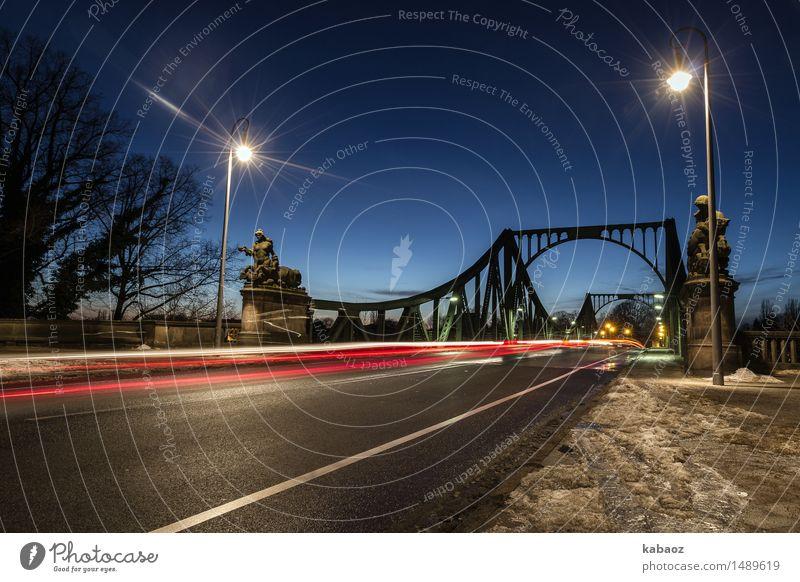 Glienicker Bruecke alt blau rot Winter Straße Architektur Schnee Angst Verkehr Beton beobachten Brücke Macht entdecken Wahrzeichen Wolkenloser Himmel