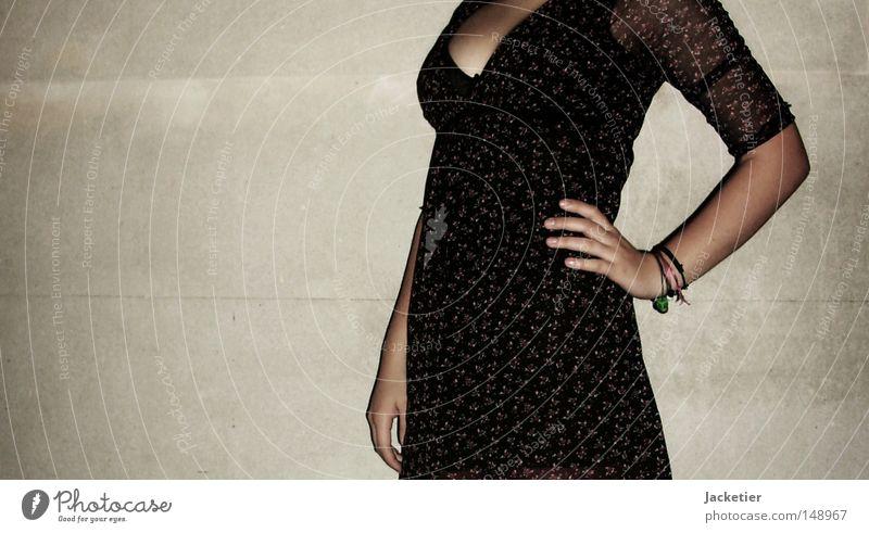 Kopflos. Hand weiß rot schwarz Wand grau Arme Finger Rose Kleid Brust verfallen Bauch Schmuck Armband Unterleib