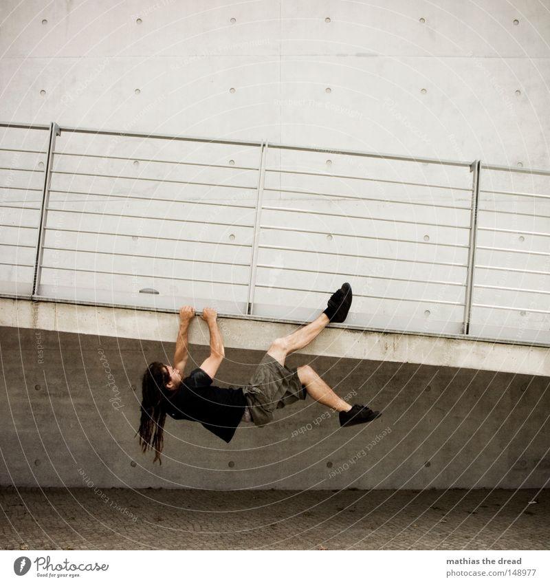 BLN 08 | VERTICAL LIMIT II Kraft Beton Kraft Junger Mann Klettern festhalten sportlich hängen Brückengeländer anstrengen langhaarig Mann Rastalocken Funsport Le Parkour hängend