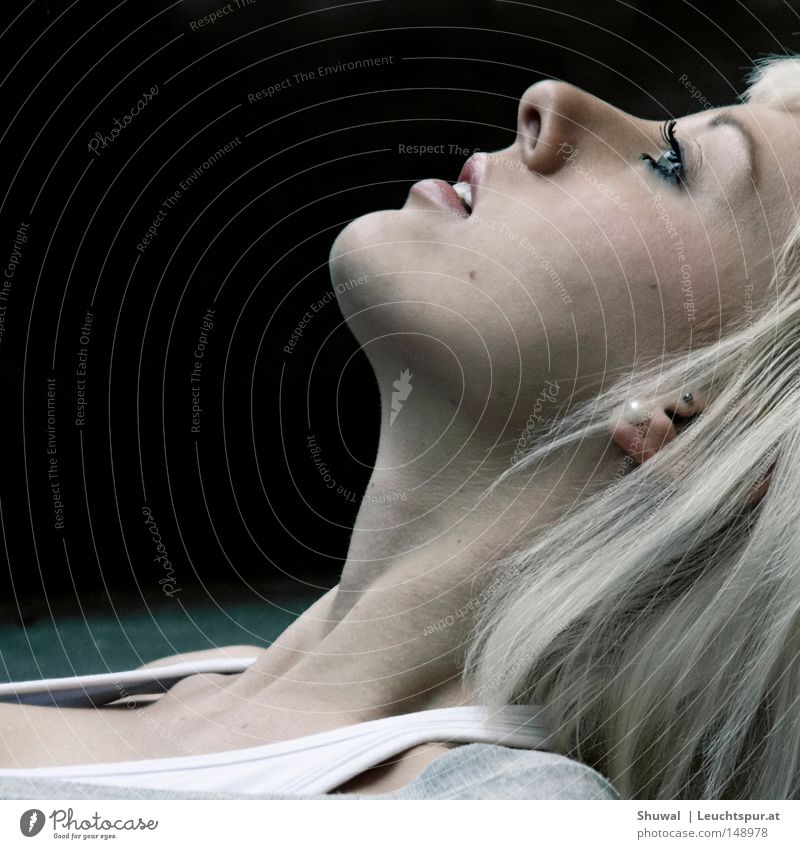 Platin Frau Jugendliche schön ruhig Gesicht Erwachsene Auge Kopf Haare & Frisuren lachen blond Mund Haut Nase liegen ästhetisch
