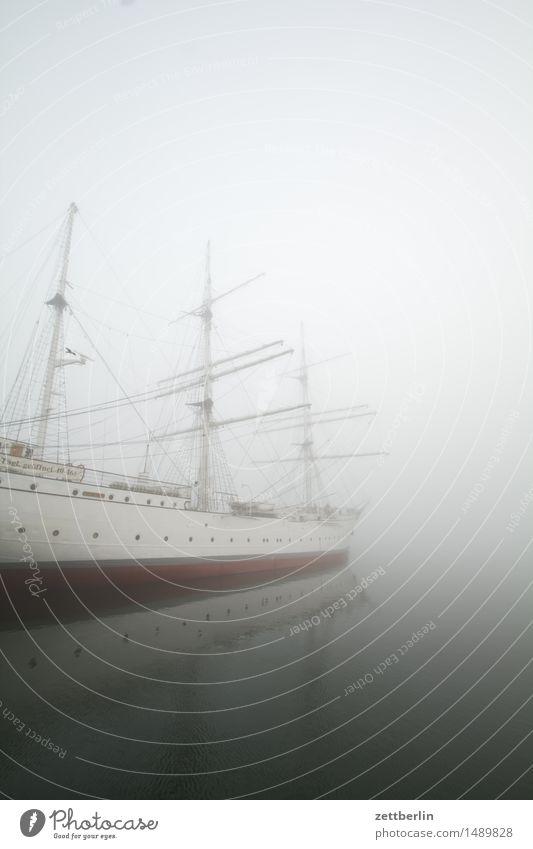 Tägl. geöffnet 10 bis 16 Uhr Wasserfahrzeug Segelschiff Segelboot Mast Rah Segeln Segeljacht Hafen liegen Anlegestelle Nebel Dunst Wetter Winter ruhig trüb