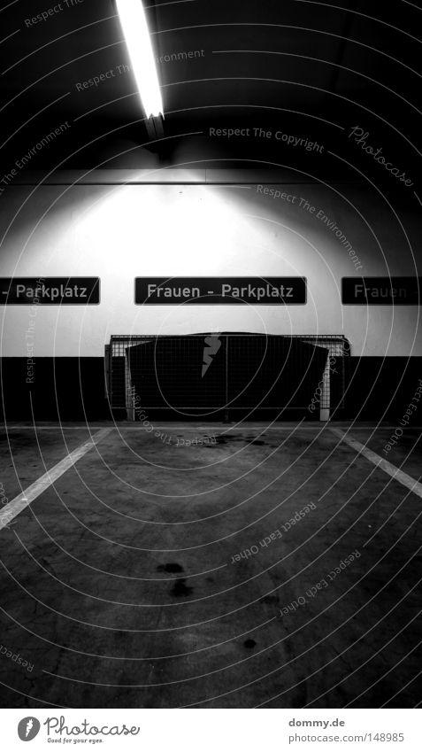 -Parkplatz Frauen-Parkplatz Frauen- weiß schwarz Lampe Fenster dreckig Schilder & Markierungen leer Schwarzweißfoto Bodenbelag Streifen außergewöhnlich Dame
