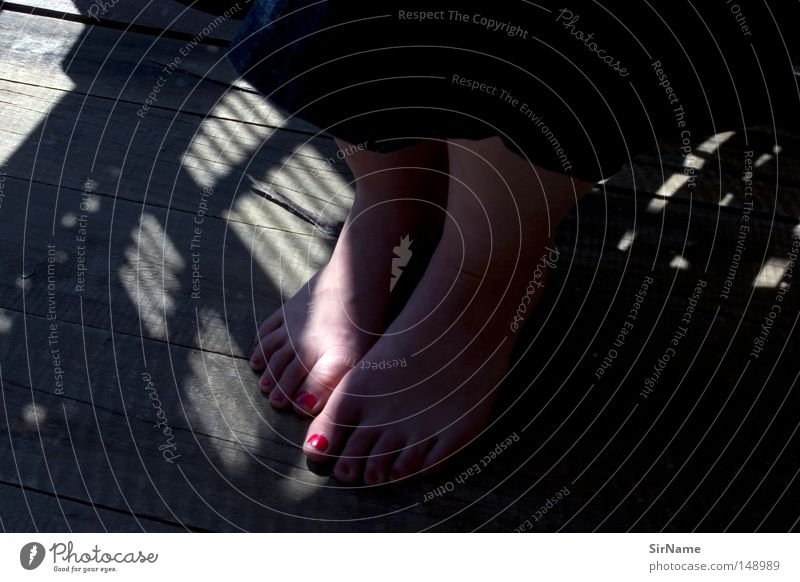 22 [sommerabendlichtfussbad] Frau Sommer Erwachsene Wärme Fuß Physik Vertrauen zeigen Balkon Abenddämmerung eng Holzfußboden Intimität Schüchternheit Fingernagel Schattenspiel