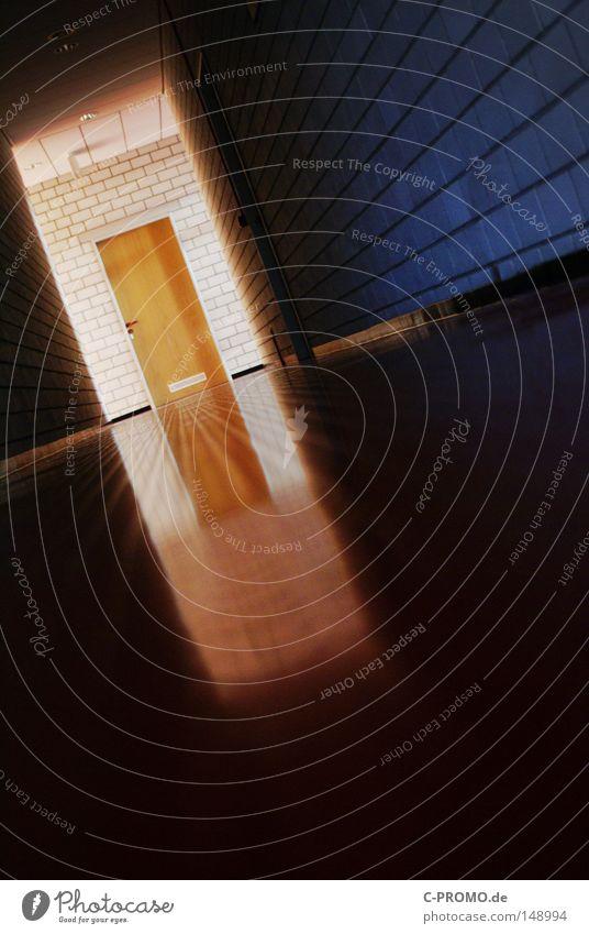 geh nicht ins licht! dunkel Wand Gebäude Mauer Angst Tür leer gefährlich Studium Rausch Flur Licht Prüfung & Examen Panik Misserfolg Tatort