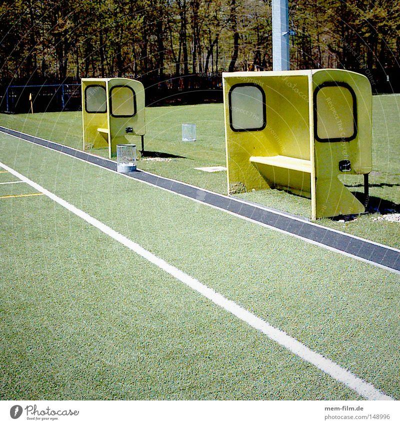 Trainerbank gelb Sport Spielen Fußball Ball Spielfeld Teamwork Motivation üben Fußballplatz Seitenlinie rote Karte gelbe Karte