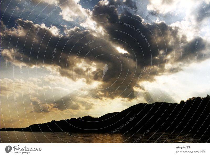 Godrays Berge u. Gebirge Wasser Wolken Horizont Sonnenlicht Sommer Flussufer Donau entdecken Ferien & Urlaub & Reisen Freiheit Glaube Religion & Glaube gleich