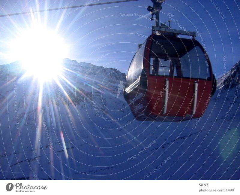der sonne entgegen Seilbahn Österreich Winter Gegenlicht Europa Schnee Sonne Berge u. Gebirge Stubaital Gondellift Sonnenstrahlen Sonnenlicht Strahlung