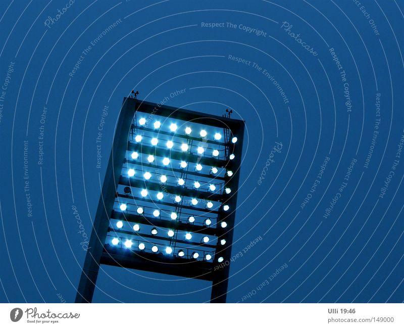 Birne kaputt. Lampe Fußballstadion Stadion Himmel Wolkenloser Himmel Nachthimmel Bremen eckig hell modern blau Stimmung Begeisterung Leidenschaft Flutlicht