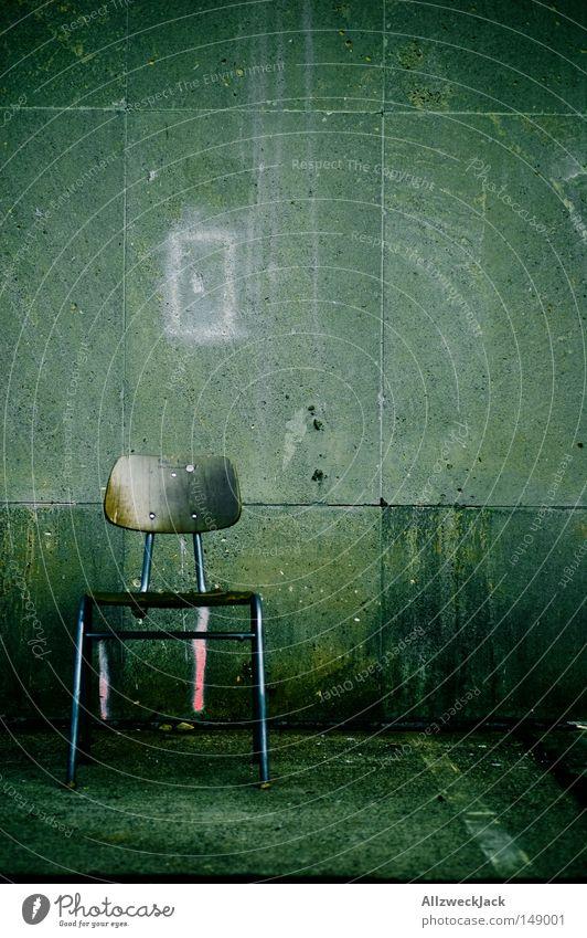 vacant Stuhl Arbeitsplatz Sitzgelegenheit Holzstuhl Bürostuhl Mauer Wand Beton alt rustikal gebraucht Stillleben Hochformat trist Einsamkeit frei leer
