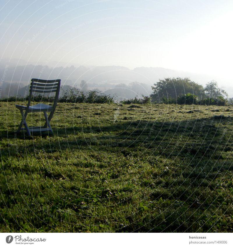 dunst Sessel Stuhl Klappstuhl Campingstuhl Stuhllehne Nebel Dunst Aussicht Schatten Wiese Gras Rasen Sträucher Wolken Einsamkeit ruhig Herbst Frankreich