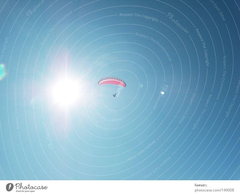 Spiel mit dem Feuer Himmel Sonne blau Sport Spielen fliegen hoch gefährlich Niveau bedrohlich heiß Gleitschirmfliegen Wetterschutz Fallschirm Fluggerät