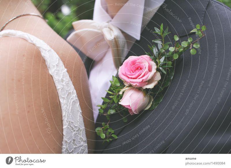Verliebte Rosarosen mit Brautpaar Hochzeit Frau Erwachsene Mann Paar Partner 2 Mensch 18-30 Jahre Jugendliche Lebensfreude Optimismus Vertrauen Geborgenheit