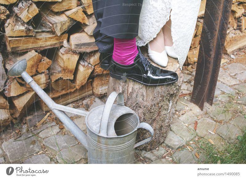 Brautpaarfüße auf Holz an Gießkanne Hochzeit Frau Erwachsene Mann Paar Partner Schuhe Lebensfreude Vertrauen Geborgenheit Einigkeit Zusammensein Verliebtheit