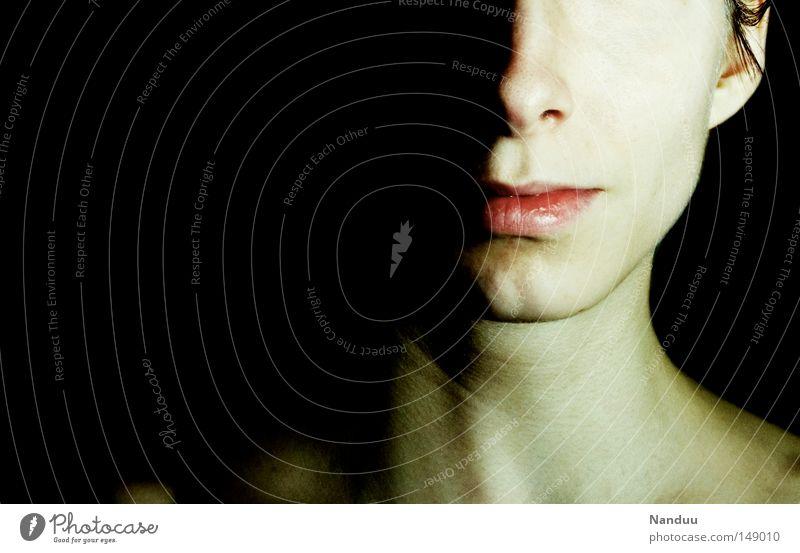 Kontrastprogramm Frau Mensch Jugendliche Gesicht hell Nase Lippen bleich Hälfte hart