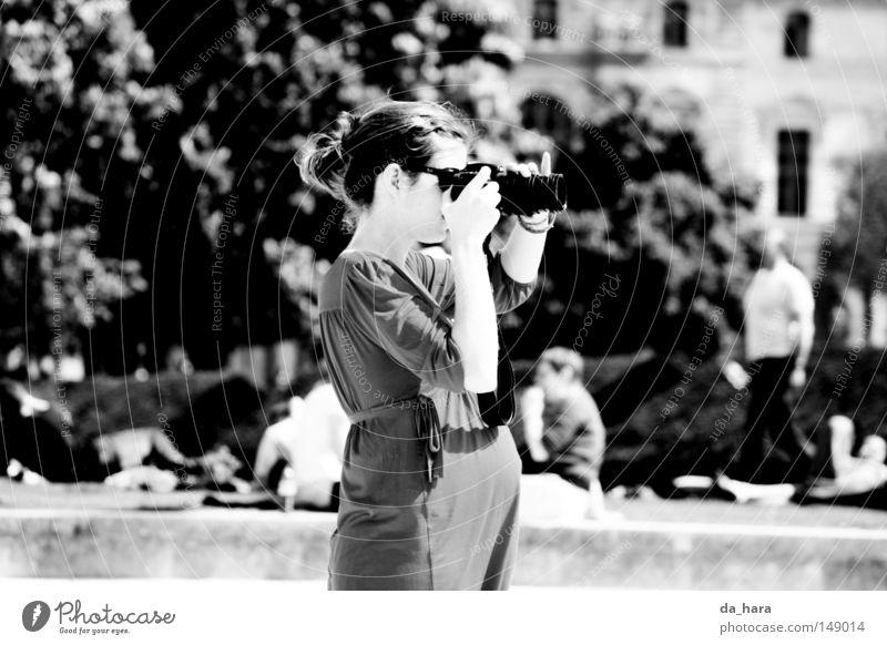 Zwei blicken nach vorn Frau Park Fotokamera Paris schwanger Frankreich Schwarzweißfoto