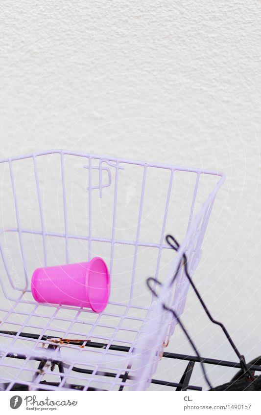 plastikbecher in fahrradkorb Erfrischungsgetränk Becher Mauer Wand Verkehrsmittel Fahrradfahren Korb Plastikbecher Müll rosa leer wegwerfen Farbfoto