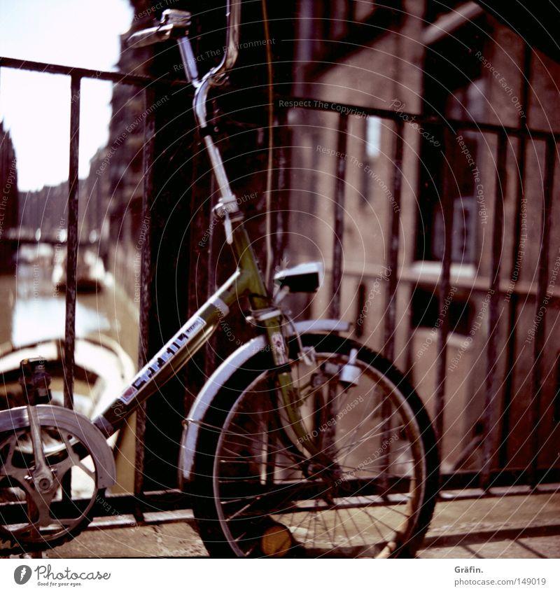 Drahtesel Wasser Fenster Bewegung Fahrrad Verkehr Hamburg Brücke fahren Backstein historisch Neigung Brückengeländer parken Reifen Tourist vorwärts