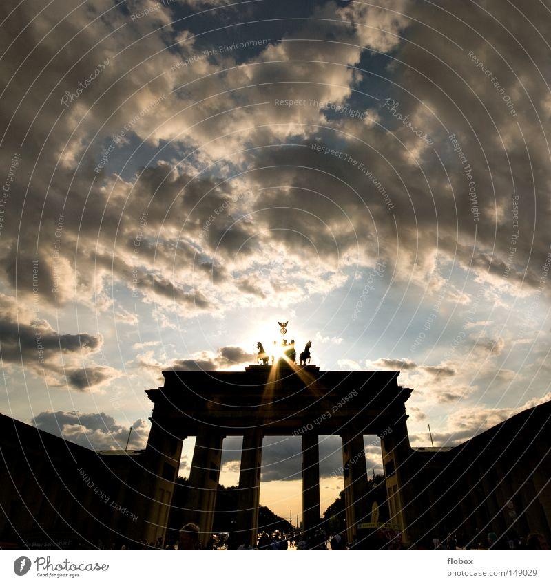 Licht II Himmel blau Sonne Ferien & Urlaub & Reisen Wolken Berlin Architektur Mauer Kunst Deutschland Ausflug Tourismus Bauwerk Politik & Staat Symbole & Metaphern