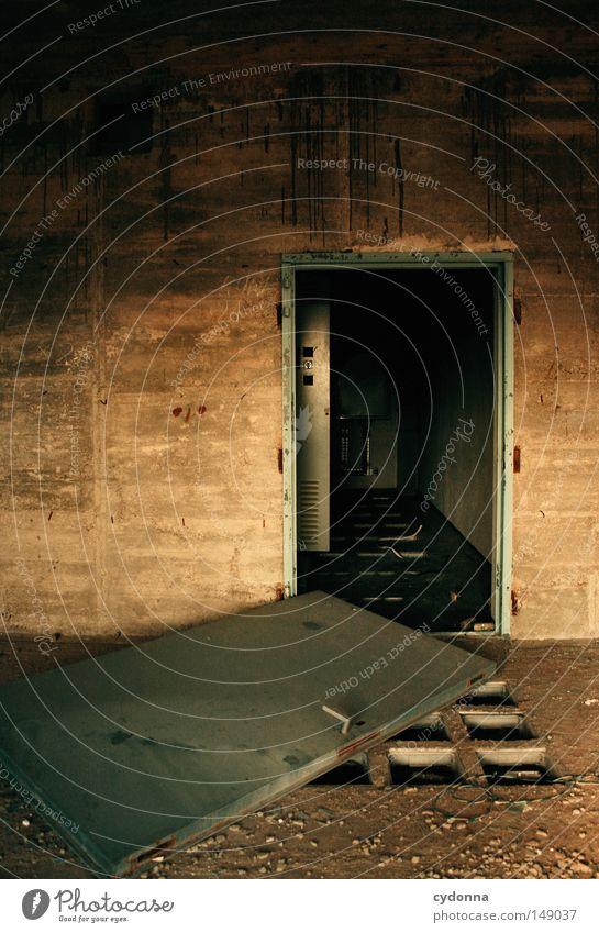 Nichts bleibt verborgen ... alt Einsamkeit dunkel Gefühle Gebäude Raum Tür Hintergrundbild Aktion Spuren Vergänglichkeit Wut geheimnisvoll verfallen Eingang DDR