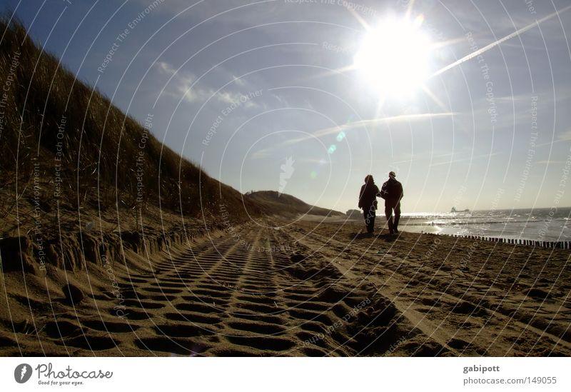 älter werden Farbfoto Außenaufnahme Sonnenlicht Sonnenstrahlen Gegenlicht Erholung ruhig Ferien & Urlaub & Reisen Ausflug Strand Meer wandern Mensch Frau