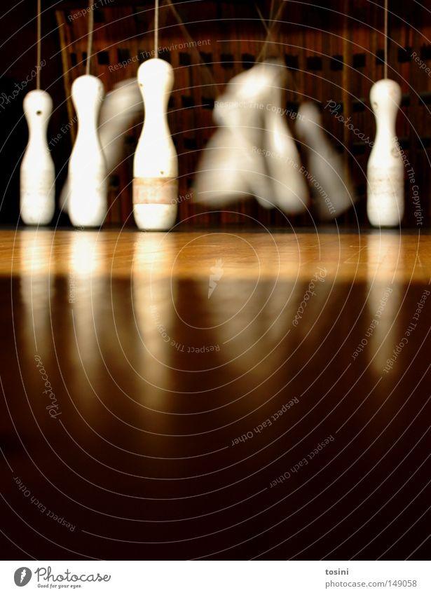 four left Kegeln Örtlichkeit Bodenbelag Froschperspektive kegelförmig Kugel umfallen Holz braun Bowling Sport Sportveranstaltung Schwung Kugellauf Aktion