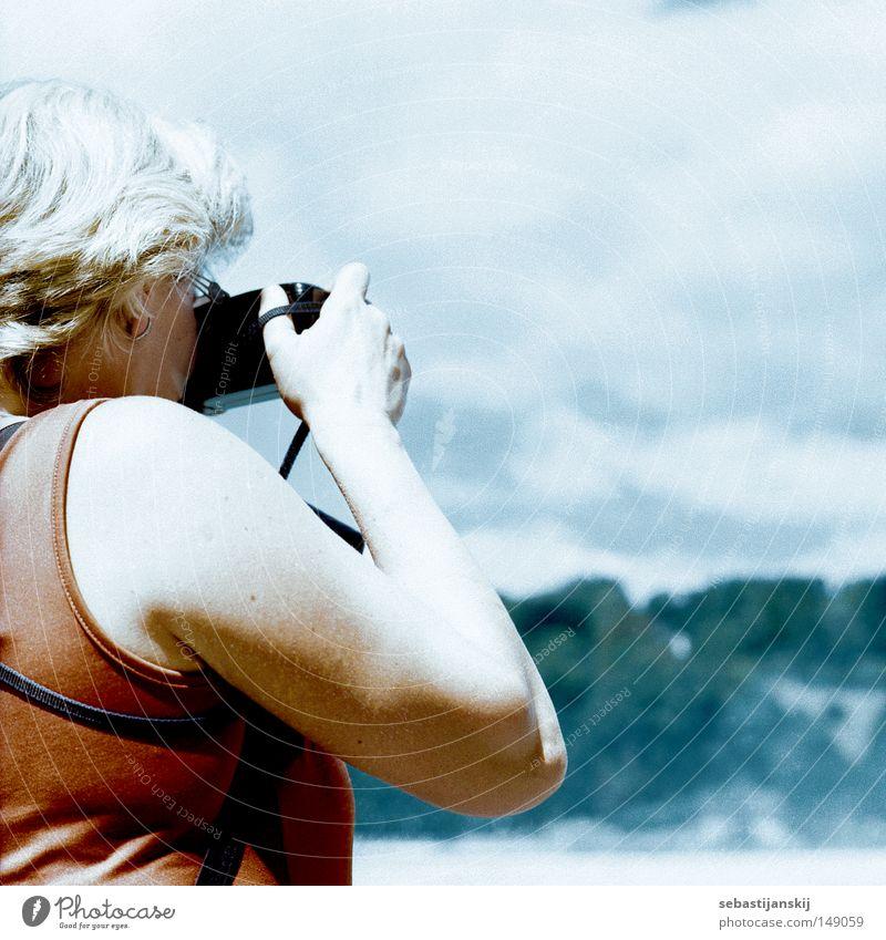 leute beim Leute fotografieren fotgrafieren Frau Himmel Sommer Mensch Ruhestand Fotografieren Schweiz grauhaarig Sommerferien Rheinfall