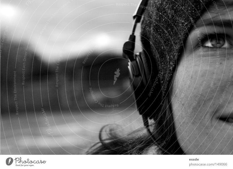 audiovergnügen Schwarzweißfoto Außenaufnahme Textfreiraum links Starke Tiefenschärfe Zentralperspektive Blick nach oben Freude Glück Erholung Musik Frau
