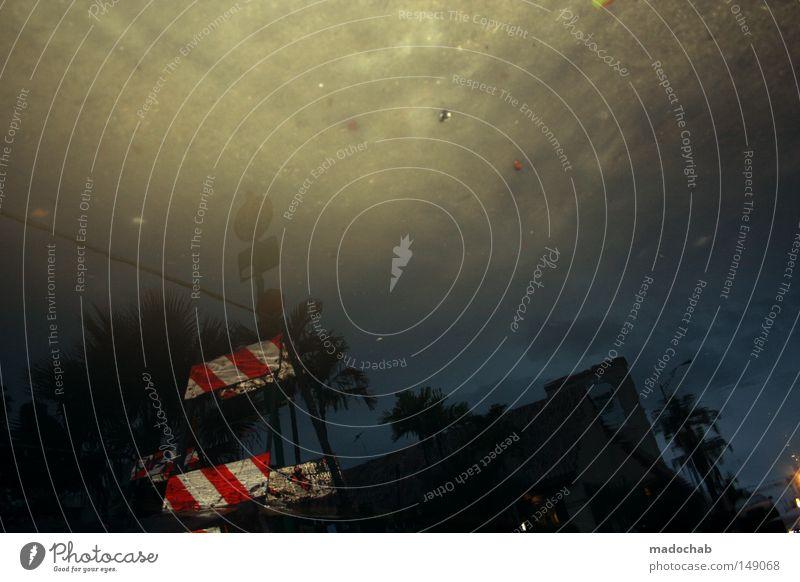 U-TURN Pfütze Barriere abstrakt Unwetter Gefühle Gewitter Wetter Bodenbelag Wasser Überschwemmung Flut uturn überflutung bedrohlich Desaster gefährlich Opfer