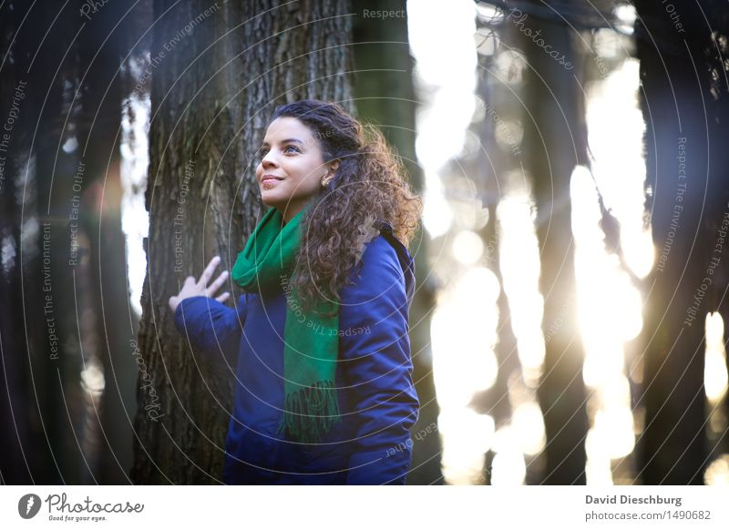 Natur genießen feminin Junge Frau Jugendliche Leben 18-30 Jahre Erwachsene Frühling Herbst Winter Schönes Wetter Baum Park Wald Urwald Jacke Schal brünett