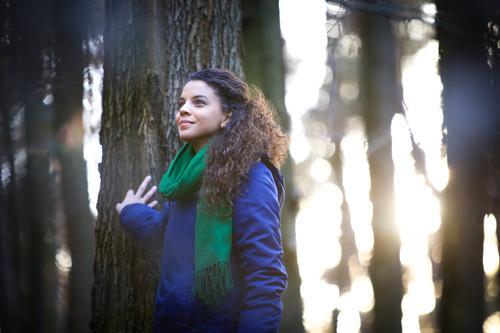 Natur genießen Jugendliche Junge Frau Baum Erholung ruhig Winter 18-30 Jahre Wald Erwachsene Leben Herbst Frühling feminin Glück Park