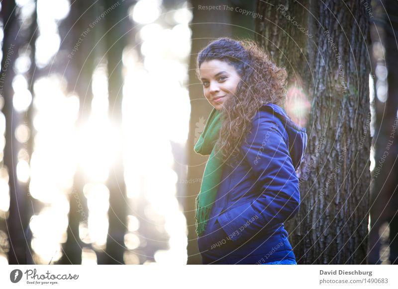 Natur genießen II feminin Junge Frau Jugendliche 18-30 Jahre Erwachsene Frühling Herbst Winter Schönes Wetter Baum Wald Jacke Schal brünett langhaarig Locken