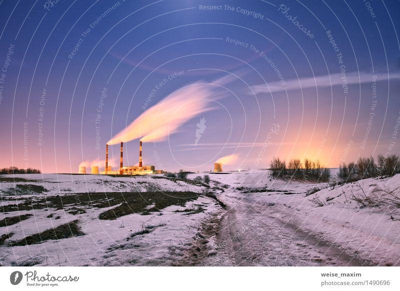 Kraftwerk in der Nacht. Winter Schnee Lampe Fabrik Industrie Natur Landschaft Pflanze Himmel Wolken Nachthimmel Stern Mond Eis Frost Kleinstadt Stadt Skyline