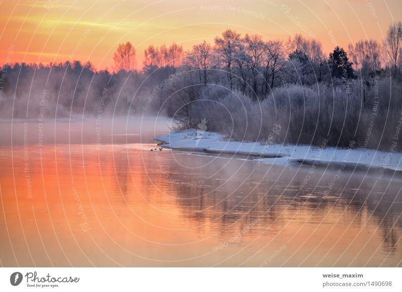 Nebelhafte Winterdämmerung auf dem Fluss. Weißrussland Himmel Natur blau Wasser weiß Baum rot Landschaft Wolken Wald gelb Schnee Eis Sträucher