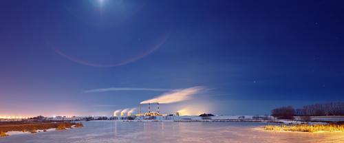 Kraftwerk in der Nacht Himmel Stadt Pflanze blau Wasser weiß Landschaft Winter gelb Straße Schnee Gras Gebäude See Lampe Horizont