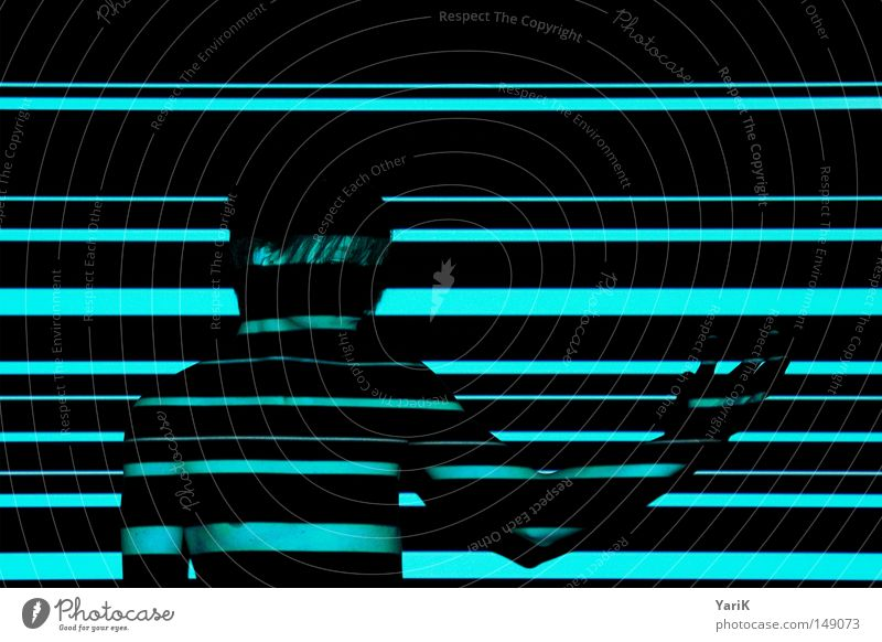 transparent Licht Mann Oberkörper Streifen mehrfarbig Lichtspiel Porträt Linie Barcode Farbenspiel Wand schwarz Schatten Schlagschatten horizontal zeigen deuten