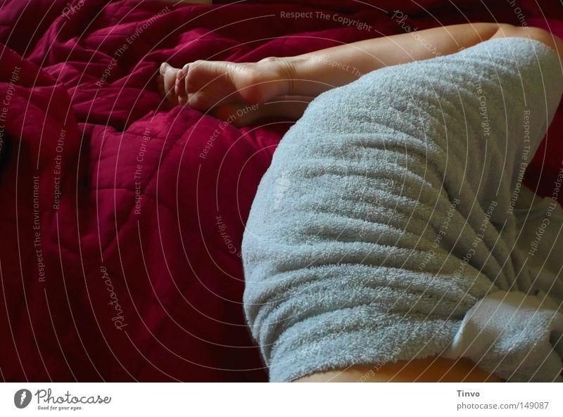 lazy morning Handtuch Beine Knie Faltenwurf Fuß Haut liegen Quadrat Bett schlafen Wegsehen Frau gemütlich Tagesdecke Erholung Barfuß