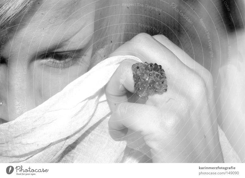 unscheinbar scheinbar Augenbraue Hand Ring verdeckt Spielen besonnen verträumt interessant Frau Nase Gesicht Nasenpiercing Tuch bedecken sanft nachdänklich