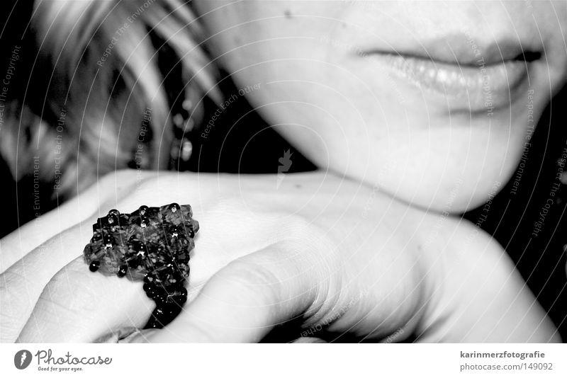 unknown Ring Eyecatcher fein Gefühle Zufriedenheit Gelassenheit klassisch Frau feminin blond Gesicht Lippen Detailaufnahme Esthetik Natur sanft Kontrast