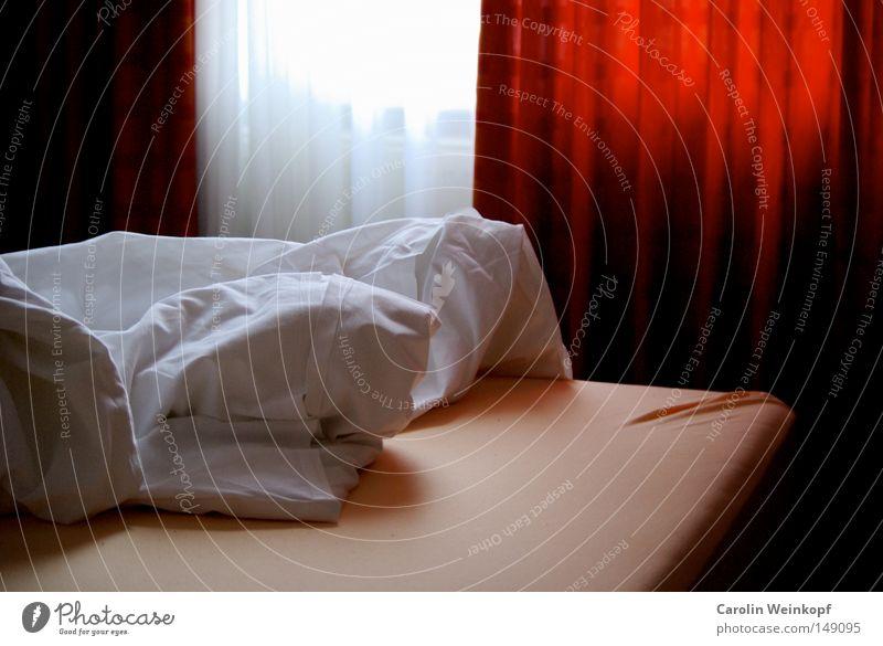 Hotel. Bett Vorhang Gardine Morgen wecken aufstehen Schlafmatratze Bettlaken Decke Falte Raum Örtlichkeit Licht Schatten Hotelzimmer verschlafen Hotelbett