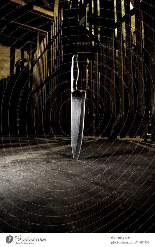 smooth Ecke Griff geschnitten Dachboden Gitter dunkel Reflexion & Spiegelung Lichteinfall Schatten Wut Ärger Messer knife Metall schnittkante Bodenbelag dreckig