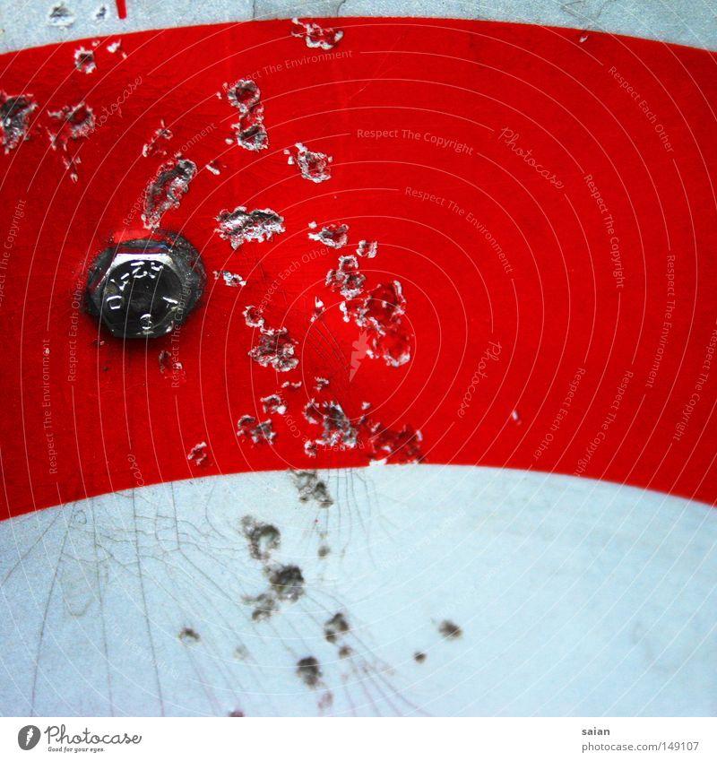 zerstört rot weiß Schraube Kratzer Schilder & Markierungen mehrfarbig Farbe Farbstoff Relief Hinweisschild Strukturen & Formen Müll trashig Metall Metallwaren