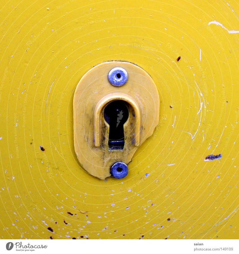 schlüsselversteck weiß gelb Farbe Farbstoff Metall Schilder & Markierungen kaputt Metallwaren Müll Dienstleistungsgewerbe Verfall trashig Post Schlüssel Zerstörung Warnhinweis