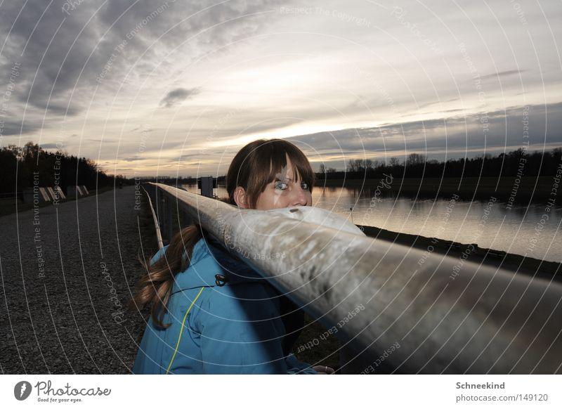 ? Frau Himmel Baum Wolken Gesicht Erholung Herbst Wege & Pfade Haare & Frisuren See Horizont sitzen Spaziergang Pause Fluss Geländer