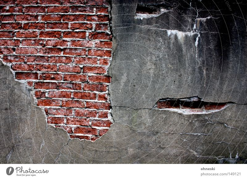 Mauer alt rot Gesicht schwarz Wand grau Stein trist Vergänglichkeit verfallen Backstein Verfall schäbig Putz Riss