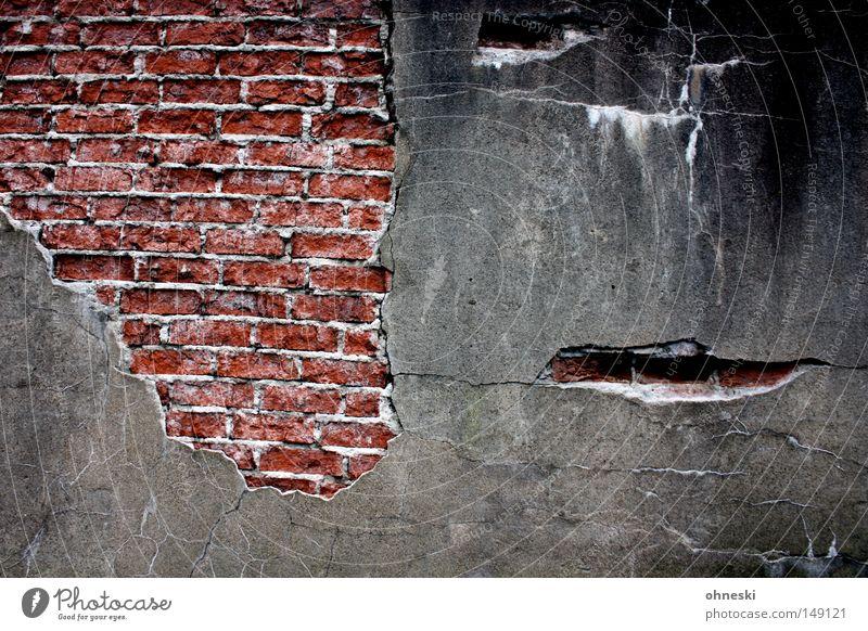 Mauer Backstein Fuge Putz Stein rot schwarz grau verfallen Wand Riss Verfall alt schäbig trist Gesicht Vergänglichkeit Ruß