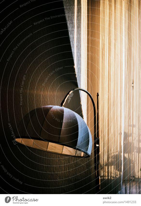 Schirmherrschaft Mauer Wand Fenster Fensterplatz Stehlampe Lampenschirm Gardine schräge Wand Ecke leuchten stehen Design Einsamkeit elegant geheimnisvoll Kultur