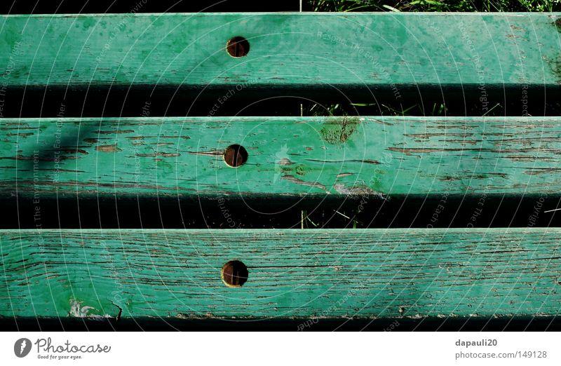 Verwittert ? Natur grün unterwegs Bank Bankgebäude Park Parkbank alt Rost Schraube verfallen verwittert Sommer Holz Metall Metallwaren ruhig Garten