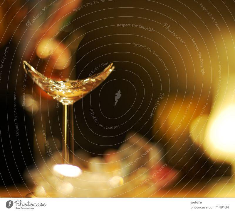 scherben bringen glück Scherbe Licht Lampe Beleuchtung Physik Glassplitter gebrochen kaputt Ecke Weinglas Feste & Feiern Romantik mehrfarbig Stimmung glänzend