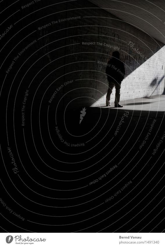 schwellenangst Mensch Mann Stadt Sonne dunkel schwarz Erwachsene Wand Gefühle Mauer Stimmung Linie maskulin Angst stehen 45-60 Jahre
